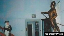 Фәүзия Бәйрәмова Тубыл музеенда Ермак һәйкәле янында. 2006 ел, февраль