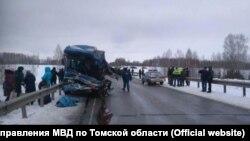 Пассажирский автобус после в аварии в Томской области