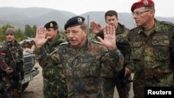 Командантот на КФОР во близина на барикадите на северот на Косово