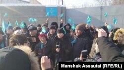 Акция протеста у алматинского спецприемника для административно осуждённых, где, по сообщениям, более 20 арестованных на прошлой неделе объявили голодовку в знак протеста против своего ареста. Алматы, 24 декабря 2019 года.