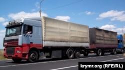 Черга вантажних автомобілів, що везуть товари в Крим