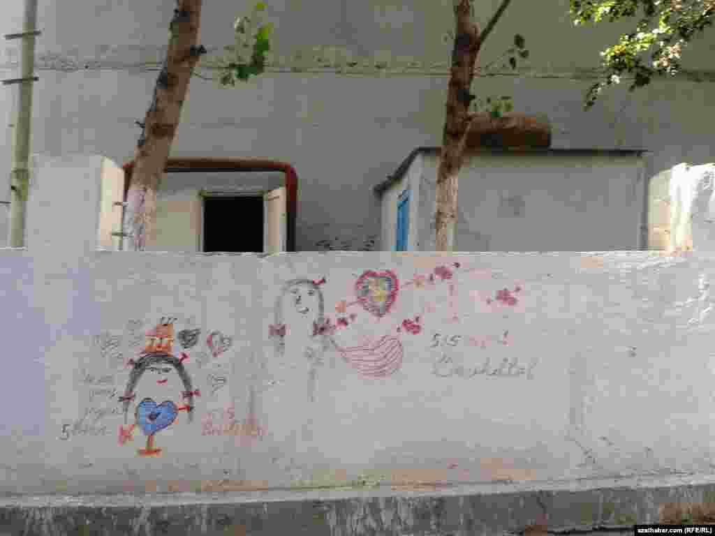 Aşgabatda ýüzüne grafitti çekilen diwar