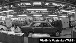 Конвейер техобслуживания спецавтоцентра, 1975 год. Иллюстрационного фото