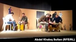 مشهد من مسرحة السكران لفرقة سورايا السريانية. من الارشيف