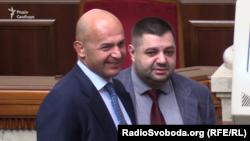 Народні депутати Ігор Кононенко (ліворуч) та Олександр Грановський (праворуч) користуються окремим виходом до сесійної зали, куди не має доступу преси