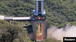 Архивска фотографија - Презентација на нов ракетен мотор во Северна Кореја, 20 септември 2016.