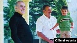 Heydər Əliyev oğlu və nəvəsiylə birlikdə