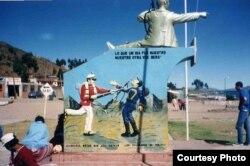 """Народно-политическая пропаганда в Боливии. Надпись сверху: """"То, что когда-то было нашим, нашим вновь и будет"""". Ниже - нехорошие слова в адрес чилийцев"""