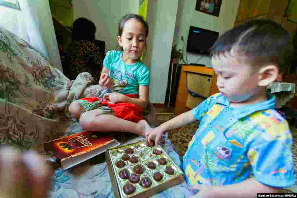 Акнур и Оркен едят конфеты.