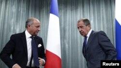 Ресей сыртқы істер министрі Сергей Лавров (оң жақта) пен Франция сыртқы істер министрі Лоран Фабиус. Мәскеу, 17 қыркүйек 2013 жыл.