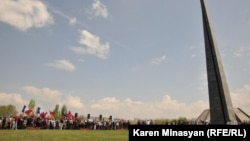 Люди идут к мемориалу в Ереване, установленному в память жертв геноцида – этнических армян, убитых в Первой мировой войне. 24 апреля 2012 года.