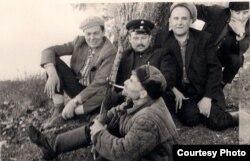 Уладзімер Караткевіч (1-ы зьлева), Рыгор Барадулін (1-ы справа) і Янка Брыль (2-гі справа) з супрацоўнікамі Чэрыкаўскага лясьніцтва. Пачатак 1960-х гг. З асабістага фонду У. Караткевіча ў БДАМЛМ