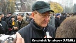 Алтынбек Сарсенбаев во время похорон оппозиционного политика Заманбека Нуркадилова. Алматы, 15 ноября 2005 года.
