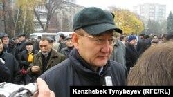 Алтынбек Сарсенбаев на гражданской панихиде по погибшему при загадочных обстоятельствах оппозиционному политику Заманбеку Нуркадилову. Алматы, 15 ноября 2005 года.