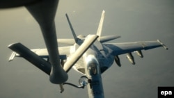 F-18E Super Hornet մարտական ինքնաթիռը Սիրիա հասնելուց առաջ օդում վառելիք է ստանում KC-135 Stratotanker ինքնաթիռից, 23 սեպտեմբերի, 2014թ.