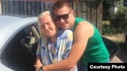 81-летняя пенсионерка Ирина Перцова с внуком Константином Туляковым. Село Узынагаш Алматинской области, 25 июля 2015 года.