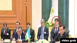 На встрече президента Узбекистана Шавката Мирзияева с президентом Туркменистана Гурбангулы Бердымухамедовым присутствовал его младший зять Отабек Шаханов. Его лицо выделено на фото красным кружком.