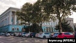 """რუსეთის მიერ ანექსირებული ყირიმის """"მინისტრთა საბჭოს"""" შენობა სიმფეროპოლში"""