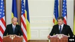 Президент України Петро Порошенко та віце-президент США Джозеф Байден під час брифінгу у Києві. 7 грудня 2015 року