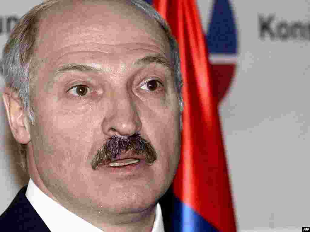 """14 qershor '09 - Presidenti i Bjellorusisë, Aleklsander Lukashenka, nuk ka marrë pjesë në samitin për siguri në Moskë, në shenjë proteste për shkak të ndalimit të importit të prodhimeve të saj në Rusi. Ministri i Jashtëm rus, Sergei Lavrov, ka kritikuar këtë veprim të Minskut, duke thënë se është """"gabim"""" për t'i ndëlidhur problemet ekonomike me çështjet e sigurisë politike dhe usharake."""