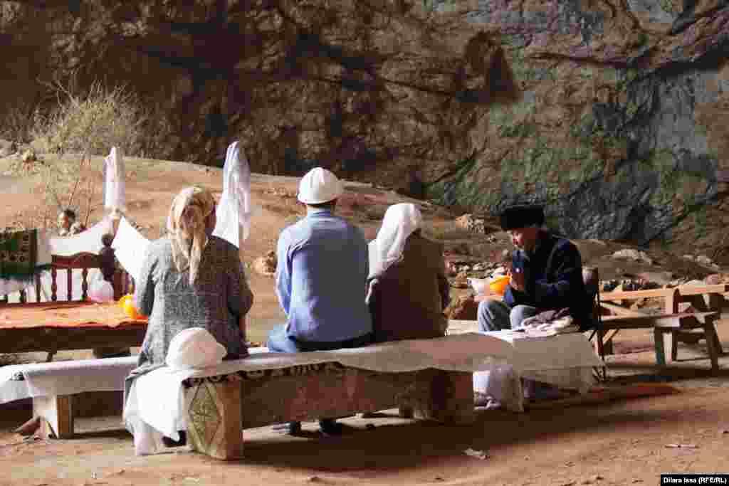 """""""Хранитель"""" пещеры Акмешит Аскар Рустембекулы дает посетителям камушки, которые, как он считает, способны защитить людей от несчастий."""