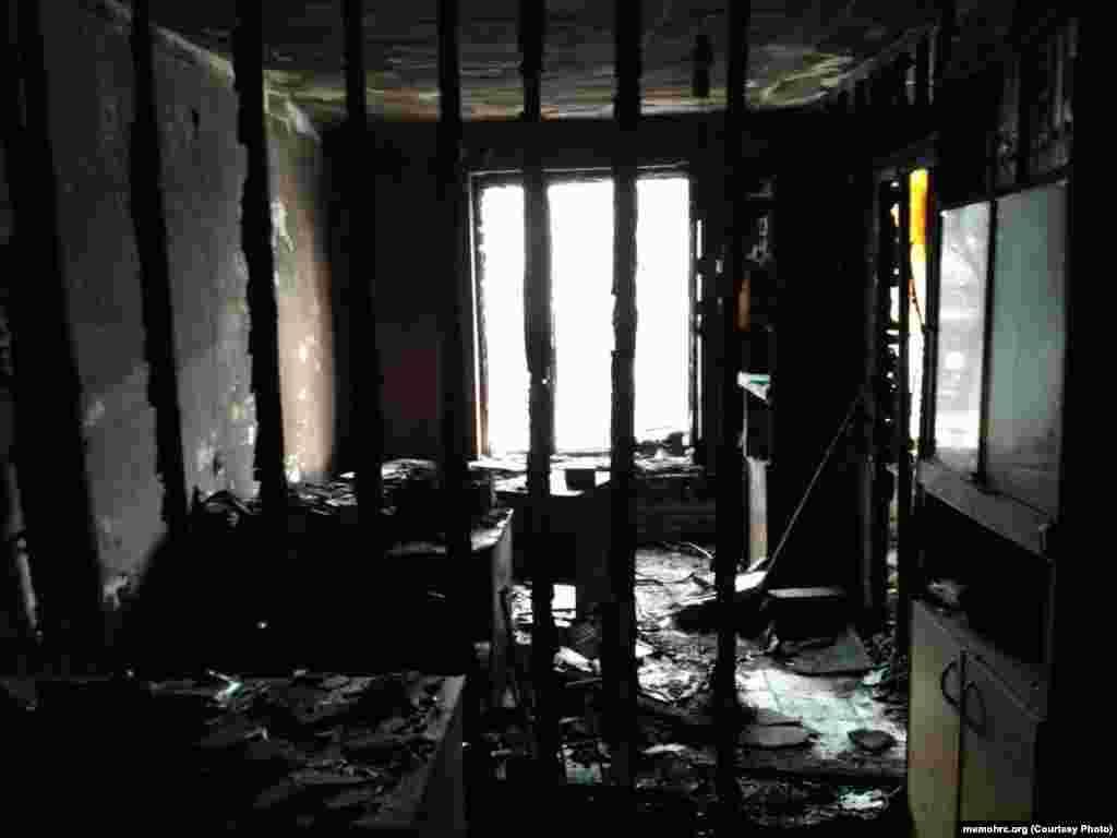 """Двое неизвестных мужчин подожгли офис правозащитного центра """"Мемориал"""" в Назрани. По словам члена совета организации Олега Орлова, камеры наружного наблюдения в 03.35 утра 17 января зафиксировали машину, подъехавшую к зданию, где расположен офис."""