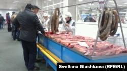 Мясной ряд на рынке в Астане. Иллюстративное фото.
