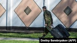 Украинский военнослужащий покидает базу в Феодосии, 24 марта 2014 года
