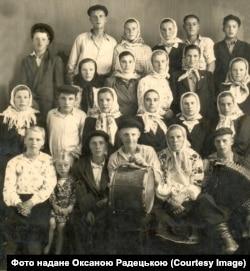 Молодь знищеного села Петрівське (Київщина), батько Оксани Радецької знизу праворуч