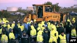 Участники протестов во Франции блокируют подъезд к одному из нефтехранилищ