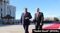 Эмомали Рахмон и Владимир Путин у Дворца Нации