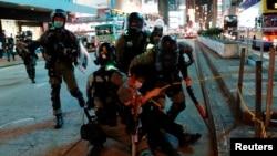 Policija privodi demonstrata, Hong Kong, 10. maj