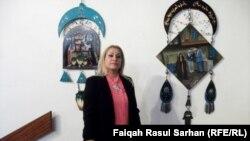 الفنانة يادة العبيدي أمام أعمالها