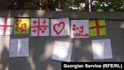 Ворота соседей олимпийского чемпиона Лаши Талахадзе в Сачхере обклеены листками с поздравлениями и нарисованными от руки флагами Грузии