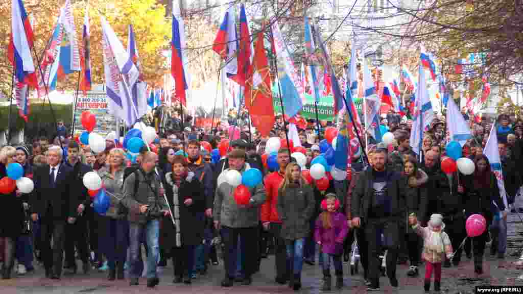 Після цього на вулиці Леніна вишикувалися колони демонстрантів, які взяли участь в урочистій ході центральним кільцем міста