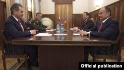 Встреча Сергея Шойгу (слева) и Сейрана Оганяна в Москве, 19 декабря, 2013 г.