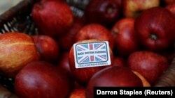 """Nalepnica """"Podržite britansku poljoprivredu"""" na godišnjoj konferenciji Nacionalnog sindikata poljoprivrednih proizvođača u Birmingemu"""