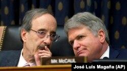 Руководители комитета по международным делам палаты представителей демократ Элиот Энгел (слева) и республиканец Майкл Маккол.