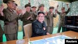 Солтүстік Корея президенті Ким Чен Ын (ортада) әскерилермен бірге баллистикалық зымыран ұшырылғанын бақылап отыр.