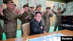 Північнокорейський лідер Кім Чен Ин в оточенні військових, ілюстративне фото