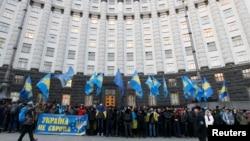 Люди собрались у здания правительства в Киеве. 4 декабря 2013 года.