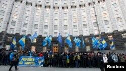 Демонстранти біля будинку уряду, 4 грудня 2013 року