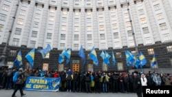 Украинцы проводят пикет перед зданием правительства. Киев, 4 декабря 2013 года.