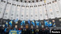 """Участники """"Евромайдана"""" у здания правительства в Киеве"""