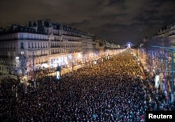 Париж зібрав сотні тисяч людей у святкову ніч