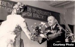 Іван Шамякін атрымлівае кветкі ад прыхільніц. 1970 г. З фондаў БДАМЛМ