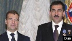 Prezident Dmitri Medvedev İnquşetiyanın rəhbəri Yunus-Bek Yevkurovu təltif edir. Moskva, 20 may 2009