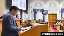 Санжар Муканбетов выступает на заседании правительства.
