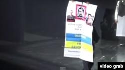 Плакат, з яким Роман Торговицький вийшов на сцену «Метрополітен-опера»