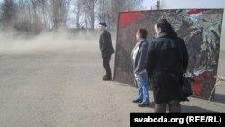 Трактар уздымае пыл на плошчы